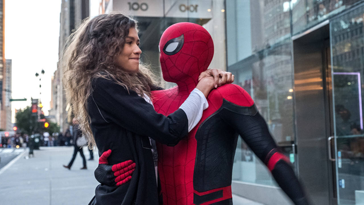 Spider-Man No Way Home - jeden z kadrów poprzedzających film w Far From Home, Spider-Man i MJ przytulają się na ulicy